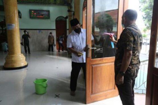 Wali Kota Semarang, Hendrar Prihadi, mengikuti kegiatan Jarik Masjid di Masjid Baiturrahim Barusari, Kota Semarang, Jateng, Jumat (16/4/2021). (Semarangpos.com-Humas Pemkot Semarang)