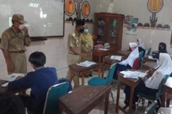 Bupati Boyolali, M. Said Hidayat, meninjau pelaksanaan uji coba PTM di SMP Negeri 2 Boyolali, Senin (12/4/2021).(Solopos.com-Bayu Jatmiko Adi)