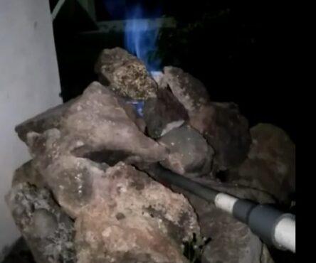 Api Abadi Mrapen menyala kembali setelah ditemukan sumber gas baru tak jauh dari lokasi utama. Foto diambil malam hari setelah dinyalakan kembali. (Istimewa)