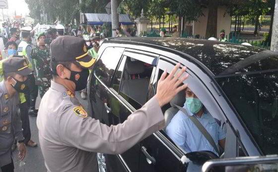 Kapolres Klaten, AKBP Edy Suranta Sitepu, saat memimpin langsung operasi yustisi di Pospam Prambanan, Klaten, Selasa (27/4/2021) pukul 17.00 WIB. (Solopos.com/Ponco Suseno)