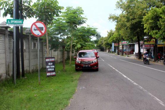 Seorang warga melintas di Jl Diponegoro Sragen Tengah, Sragen, Selasa (20/4/2021). (Solopos/Tri Rahayu)