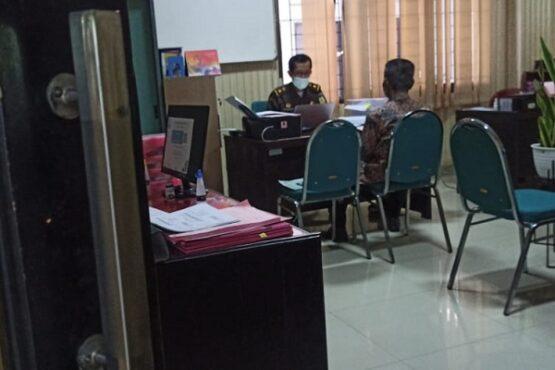 Petugas Kejari Kabupaten Madiun memeriksa seorang saksi dalam kasus dugaan korupsi PBB-P2, Senin (19/4/2021). (Abdul Jalil/Madiunpos.com)