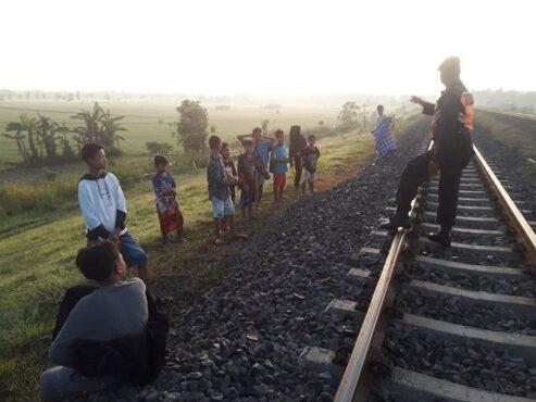 Petugas pengamanan Daops VII Madiun menghalau anak-anak yang sedang bermain di pinggir rel kereta api di wilayah Saradan, Kabupaten Madiun, Sabtu (17/4/2021). (Istimewa/Daops VII Madiun)