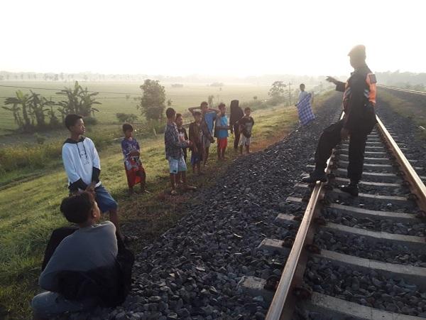 KAI Ancam Denda Warga Ngabuburit di Jalur KA, Apa Yang Salah?