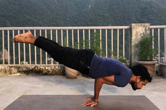 Sujud freestyle juga mirip peacock pose di yoga (Istimewa)