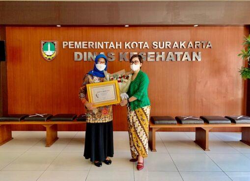 "General Manager The Sunan Hotel Solo Retno Wulandari (kanan) menyerahkan ""Kartini Award 2021"" kepada Kepala Dinas Kesehatan Kota Solo Dr Siti Wahyuningsih. (Istimewa)"