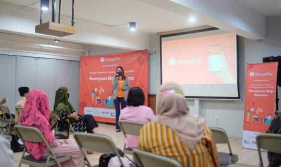 Eka Nilam Dari, Head of Strategic Merchant Acquisition ShopeePay memberikan pelatihan pengembangan bisnis serta pemanfaatan teknologi digital ShopeePay dalam program Perempuan Maju Bersama kepada ratusan wirausaha perempuan di momen Hari Kartini (Istimewa)