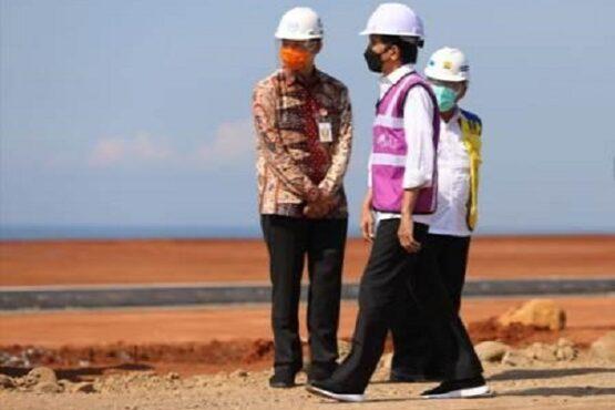 Gubernur Jateng, Ganjar Pranowo (mengenakan batik), mendampingi Presiden Joko Widodo meninjau Kawasan Industri Batang, Rabu (21/4/2021). (Semarangpos.com-Humas Pemprov Jateng)
