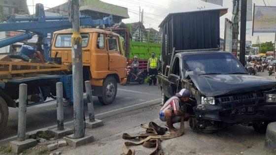 Petugas saat sedang mengevakuasi kendaraan yang terlibat dalam kecelakaan beruntun di perempatan Pagotan, Kabupaten Madiun, Jumat (23/4/2021). (Abdul Jalil/Madiunpos.com)