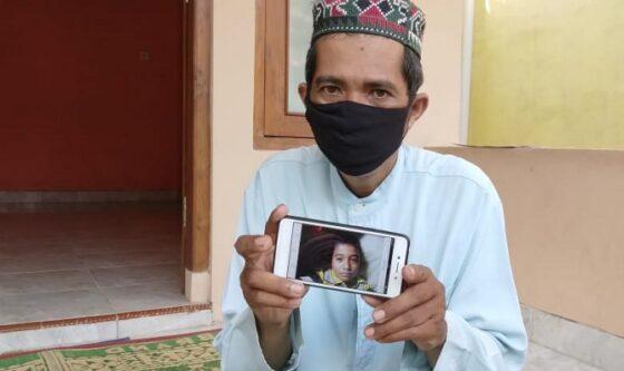 Bandiman menunjukan foto anaknya, Naba Faiz Prasetya yang meninggal dunia setelah memakan sate beracun, di kediamannya Sewon, Bantul, Senin (26/4/2021). (Harian Jogja/Yosef Leon)