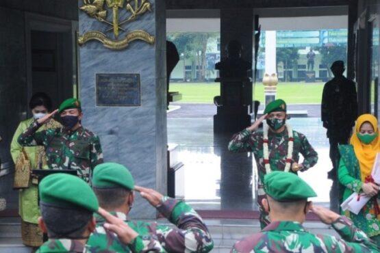 Acara penyambutan Gubernur Akmil yang baru dari Mayjen TNI Totok Imam Santoso kepada Brigjen TNI Candra Wijaya (Beritamagelang.id)