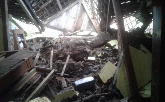 Kondisi salah satu rumah di Kabupaten Madiun yang tertimpa tanah longsor, Jumat (2/4/2021). (Istimewa/BPBD Madiun)