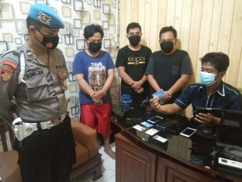 Tiga pelaku penipuan dan pemalsuan identitas menjalani pemeriksaan di Polsek Ngaglik, Sleman, DIY, beberapa waktu lalu. (Istimewa/Dok. Polsek Ngagglik)
