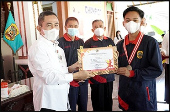 Bupati Pati Haryanto serahkan sertifikat ke perwakilan atlet Popda Pati. (Patikabgoid)