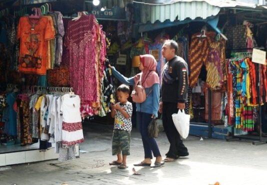 Calon pembeli melihat koleksi batik di Pasar Grosir Batik Setono Pekalongan. (Andhika Wahyu)