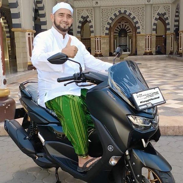 Habib Syech Bin Abdul Qadir Assegaf bersama motor Yamaha All New Nmax 155 (Istimewa)
