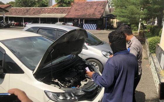 Petugas memeriksa nomor rangka dan nomor mesin kendaraan yang berputar-putar di Jl. Jenderal Sudirman di Mako Satlantas Polresta Solo pada Senin (19/4/2021) siang. (Solopos.com/Ichsan Kholif Rahman)
