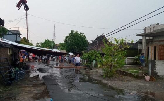 Situasi lingkungan Desa Tuban, Gondangrejo, Karanganyar yang terdampak hujan badai Jumat (9/4/2021). (Istimewa/Pemdes Tuban)
