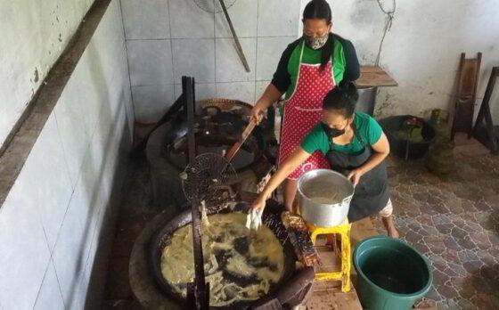 Salah satu proses produksi keripik gedebok pisang di rumah Herawati Utami Dewi di Dukuh Sendangmulyo, Desa Bendungan, Kedawung, Sragen, Sabtu (17/4/2021).