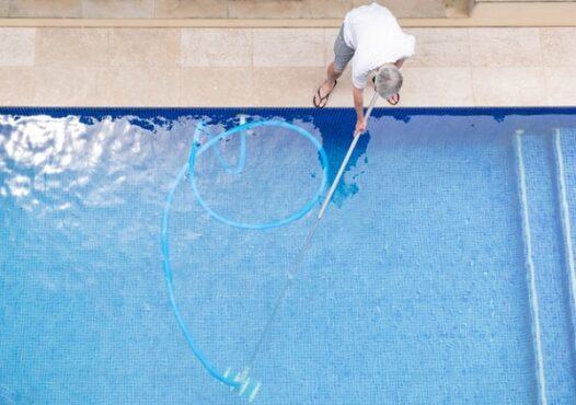 Ilustrasi merawat kolam renang (freepik)