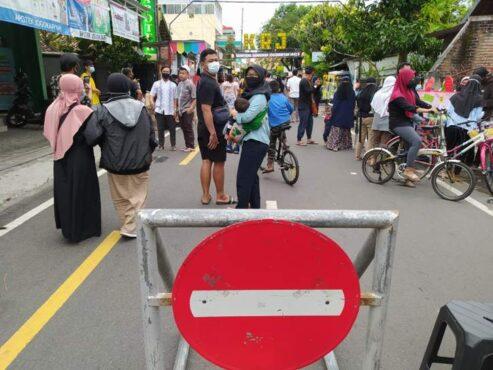 Masyarakat berkegiatan di sekitar Kampung Ramadhan Jogokariyan, Selasa (13/4/2021). (Harian Jogja/Sirojul Khafid)