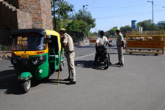 Polisi memeriksa pengguna jalan saat pelaksanaan karantina wilayah akhir pekan di New Delhi, India, Sabtu (17/4/2021). (Anadolu Agency/Imtiyaz Khan)