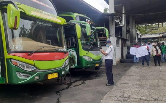 Sejumlah karyawan PO Cendana melakukan aksi unjuk rasa di kantor perusahaan bus tersebut di Desa Kaibon, Kecamatan Geger, Kabupaten Madiun, Jumat (2/4/2021). (Abdul Jalil/Madiunpos.com)