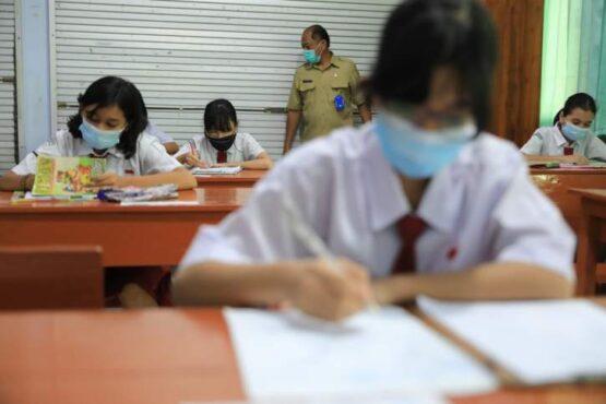 Siswa kelas VI SD di Kota Madiun mengikuti Penilaian Akhir Sekolah (PAS), Senin (5/4/2021). (Istimewa/Pemkot Madiun)