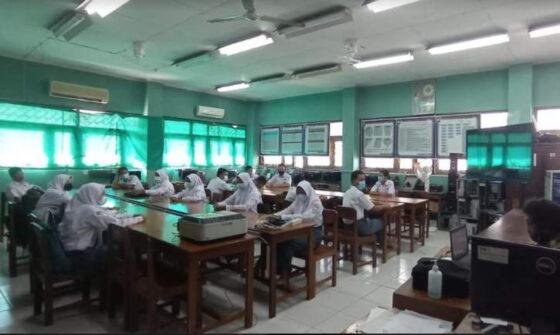 Sejumlah siswa saat mengikuti kegiatan PTM di SMKN 2 Pengasih pada Senin (19/4/2021). (Harian Jogja/Hafit Yudi Suprobo)