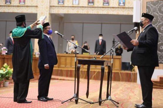 Ketua DPRD Andi Raya Bagus Miko Saputra mengambil sumpah terhadap Sudjarwo sebagai anggota DPRD Kota Madiun, Selasa (27/4/2021). (Istimewa/Pemkot Madiun)
