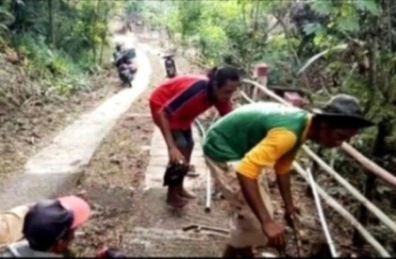 Pemasangan pipa dan uji coba pemasangan meteran air di di Desa Tlogoharjo, Kecamatan Giritontro, Wonogiri. (Istimewa Kades Tlogoharjo)