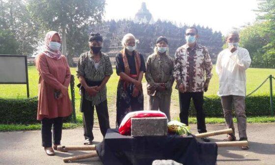 Penyerahan batu kepada ke Balai Konservasi Borobudur. (Antara)