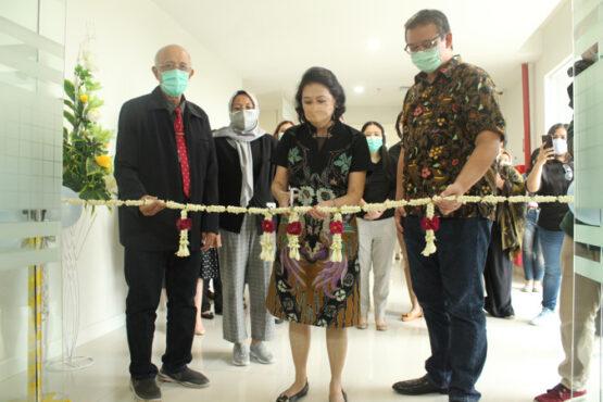 Direktur RS Indriati, Solo Baru, Imelda Tandiyo (tengah) menggunting pita saat seremoni pembukaan klinik kesuburan atau fertilitas di lantai tiga rumah sakit setempat, Kamis (8/4/2021). (Solopos-Bony Eko Wicaksono)