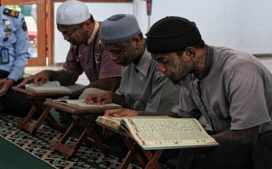 Warga binaan Rumah Tahanan (Rutan) Kelas I Solo membaca Alquran saat mengikuti program Pesantren Kilat Ramadan 2021 di Aula Rutan Kelas I Solo, Senin (19/4/2021). (Solopos/Nicolous Irawan)
