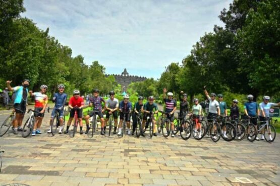 Peserta Temples Cycling Tour rute Prambanan-Borobudur berfoto bersama. (Antara)