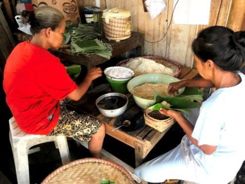 Proses pembungkusan Jemunak, takjil Ramadan khas Gunungpring Muntilan Kabupaten Magelang. (Beritamagelangid)