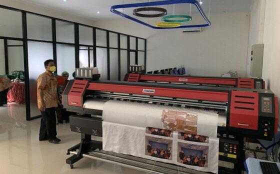 Staf SMKN 1 Karanganyar menunjukan fasilitas di dalam gedung laboratorium Center of Excellence (CoE) industri kreatif Tata Busana Jumat (9/4/2021). (Solopos/Candra Putra Mantovani)