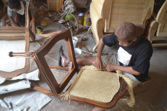 Seorang pengrajin rotan tengah merampungkan pembuatan kursi di sentra industri kerajinan rotan di Desa Trangsan, Kecamatan Gatak. Foto dialmbil belum lama ini. (Solopos.com/Bony Eko Wicaksono)