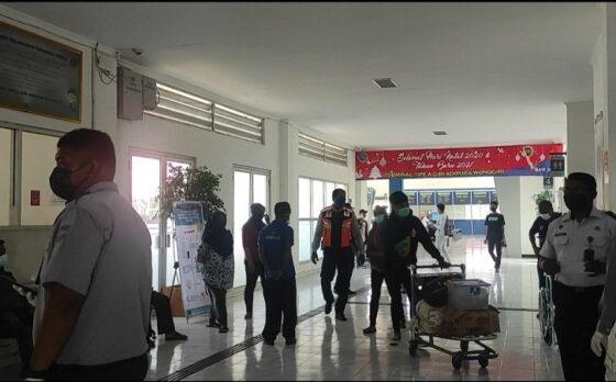 Suasana Terminal Giri Adipura Wonogiri pada jam keberangkatan Senin (12/4/2021). (Solopos.com/M. Aris Munandar)