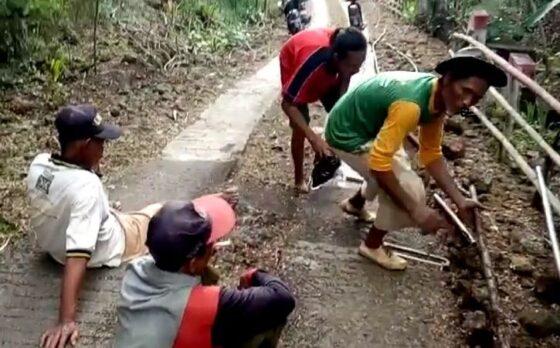 Pemasangan pralon dan uji coba pemasangan meteran air di di Desa Tlogoharjo, Kecamatan Giritontro, Wonogiri. (Istimewa Kades Tlogoharjo)