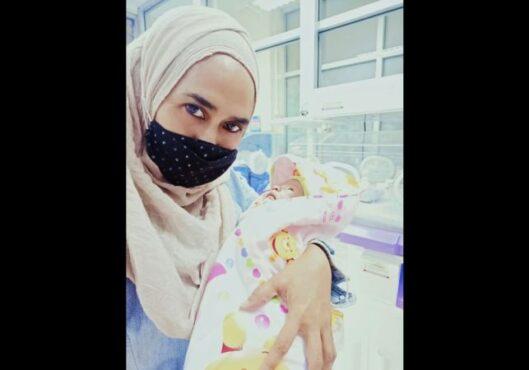 Yuliana, warga Gentan, Sukoharjo, menggendong Fakhirah Hafidzah Izzatunninsa, bayi yang ia adopsi dari orang tua yang tak menginginkannya. (Istimewa)