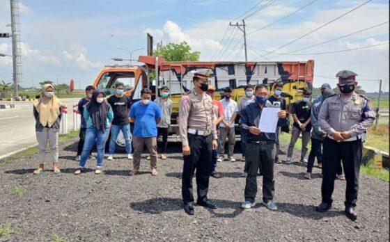 Belasan remaja, Kepala Desa Banaran Sambungmacan Sragen, serta polisi berfoto sembari menunjukkan surat pernyataan para remaja tidak mengulangi aksi mandi di bak truk. (Istimewa-Satlantas Polres Sragen)