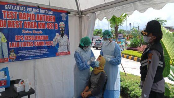 Warga menjalani tes rapid antigen di rest area Boyolali, Kamis (15/4/2021). (Solopos/Bayu Jatmiko Adi)
