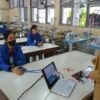 Murid-Murid SMKN 4 Solo Sekolah Pakai Baju APD Khusus