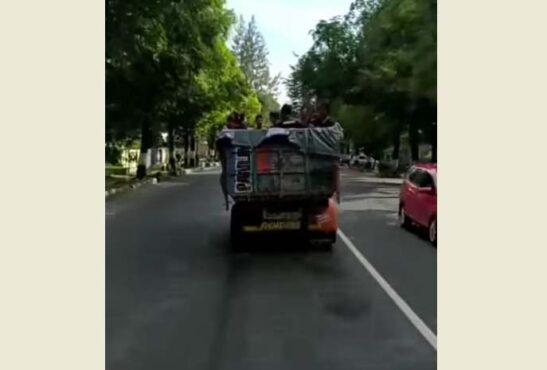 Capture video aksi belasan remaja laki-laki mandi bareng di bak dump truck yang melintas di jalan raya Sragen-Ngawi. (Facebook @infocegatan wilayahsragen)