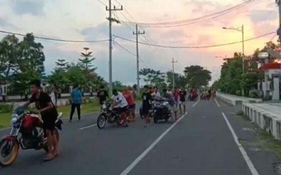Pelaku balap liar di Madiun diminta menuntun sepeda motornya, Jumat (23/4/2021). (Istimewa)