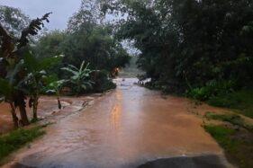 Banjir Meluap Ke Jalan Jatiroto Wonogiri, Mobil Berisi 3 Orang Terseret Arus