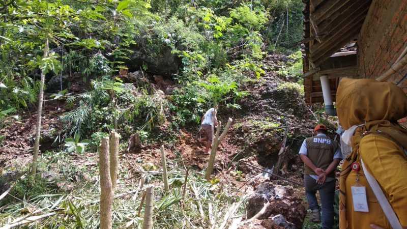 Efek Gempa Malang, Batu Ukuran Jumbo Nyaris Longsor Timpa 2 Rumah di Paranggupito Wonogiri