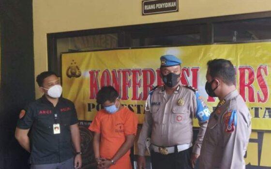 Polisi menunjukkan sejumlah barang bukti dalam rilis kasus pelecehan seksual yang terjadi di salah satu warung fotokopi di wilayah Purbayan, Kotagede, Rabu (14/4/2021). (Harian Jogja/Yosef Leon)