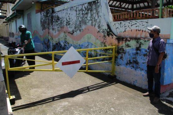 Wilayah RW 019, Dukuh Ngendekan, Desa Pandes, Kecamatan Wedi, Klaten, masih ditutup pada Kamis (15/4/2021) karena kasus Covid-19. (Solopos/Taufiq Sidik Prakoso)